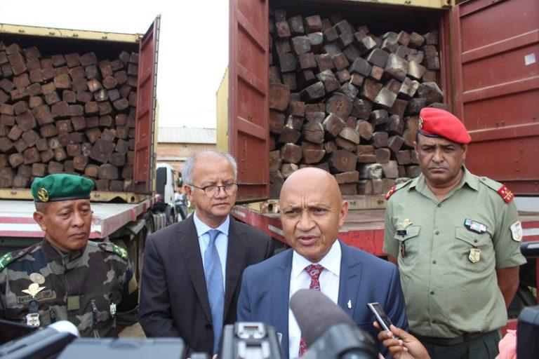 Reconstruction du Rova d'Antananarivo : arrivée des palissandres saisis